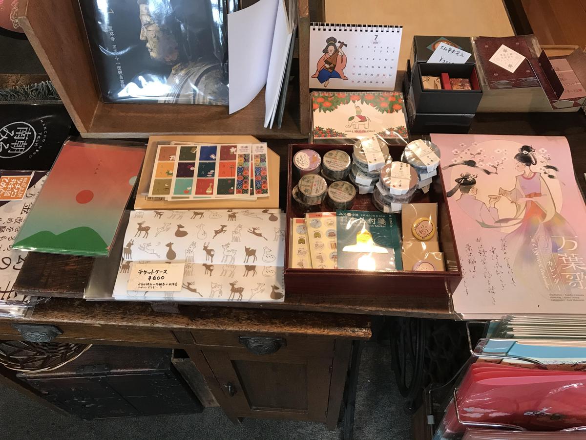 店内には奈良にまつわる雑貨もいっぱい