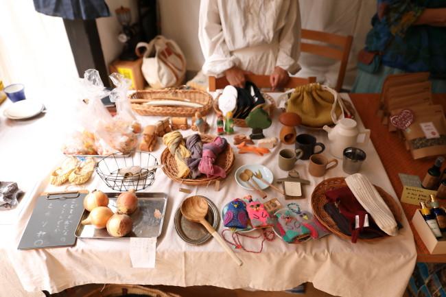 最初のころは、出店者もお客も同世代のママたちが中心。初期メンバーは雑貨を扱う「ヒカリヤ」(上から4点目)、コーヒーとお菓子「Oeuf Coffee」、お寺の奥さん3人による「おくり屋」、マッサージの「pramana∞Kyoto」など