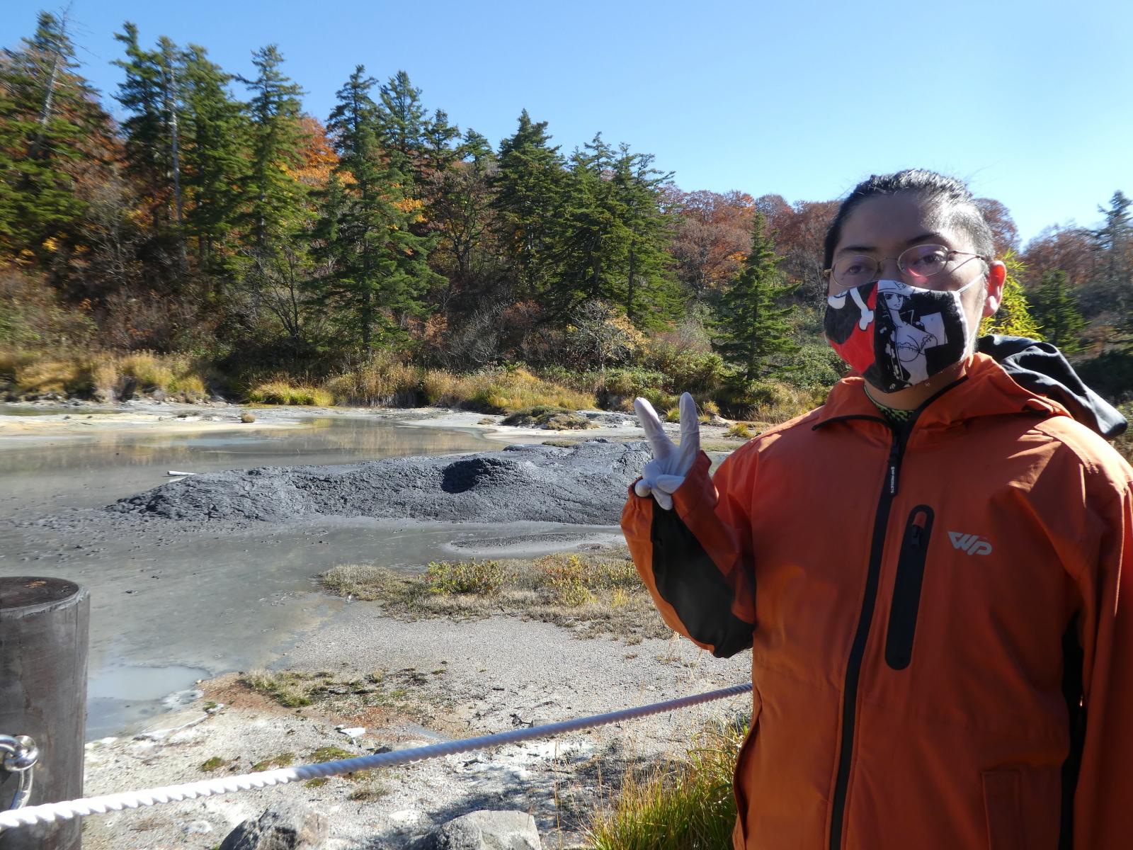 インタビューの翌週、後生掛の泥火山を取材する水上さん