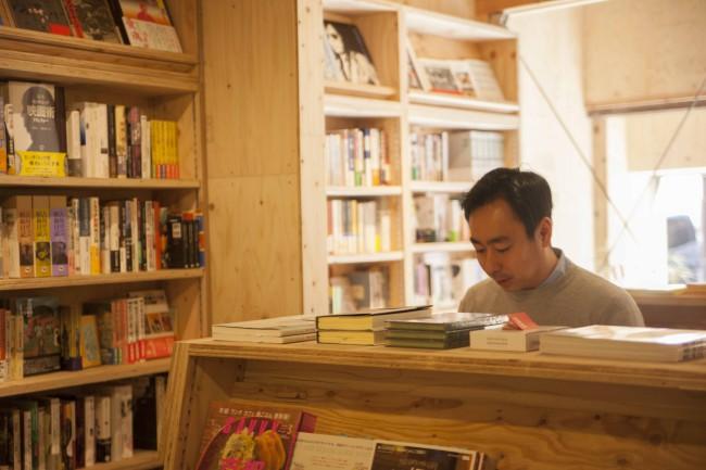 堀部篤史さん。現在、誠光社ではソーシャルディスタンスを配慮しつつ、展示やイベントを行っている(写真提供:誠光社)