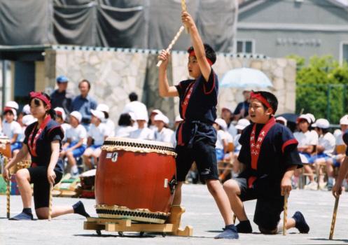2002年、小学校の音楽部で和太鼓を演奏する水上さん