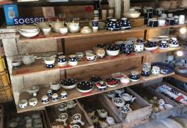 副千さんの工場にて。定番の水玉模様の焼き物
