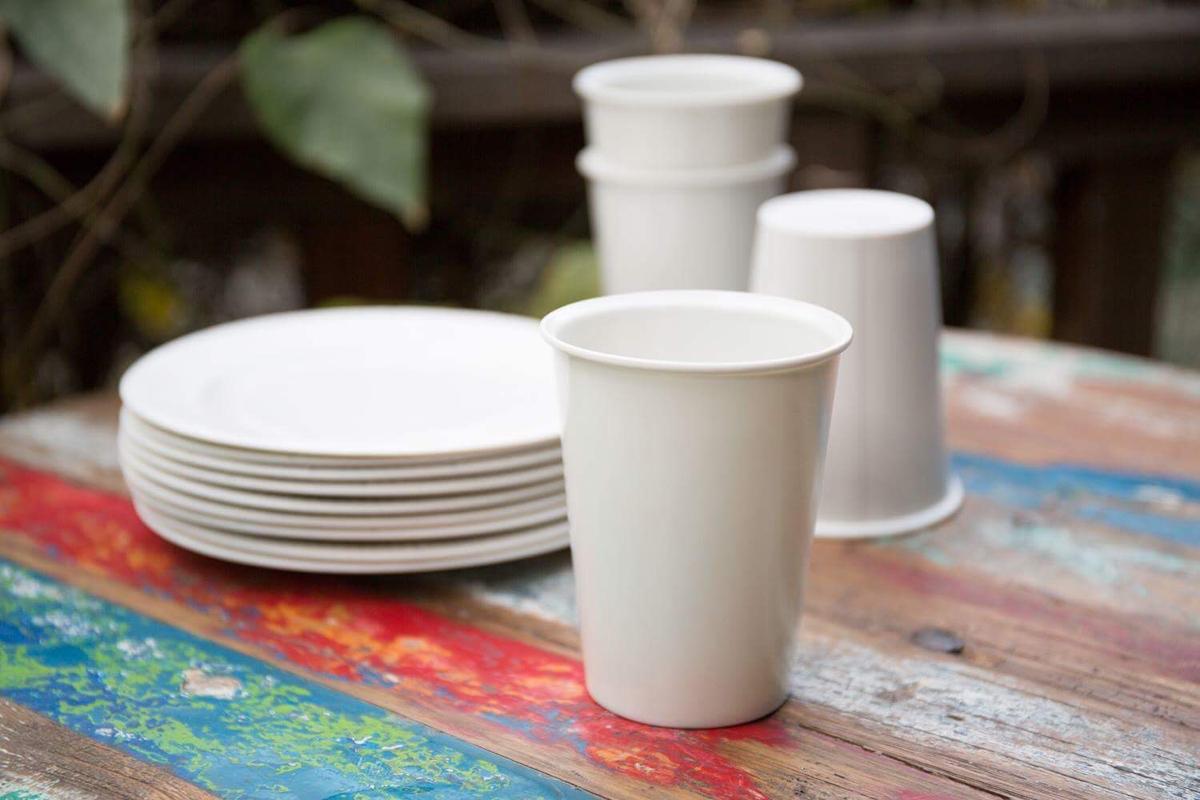 使い捨てされるものを、あえて捨てられないものにするコンセプトでつくった、波佐見焼の紙皿と紙コップ。波佐見焼の特徴である型取り技術を生かし、一見すると紙のよう。現在はメーカーのひとつ、マルヒロが販売している