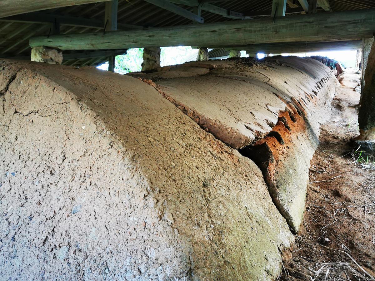 壺屋に残された登り窯跡 沖縄県指定文化財 南窯(ふぇーぬかま)。 窯の上部の損壊が進んでいます