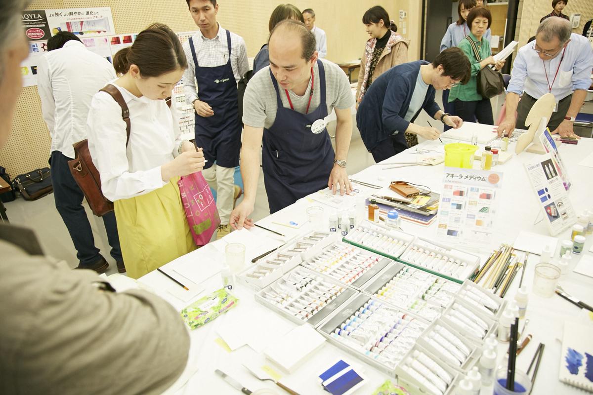 青木さんのコーディネートで、日本の画材メーカー10社の協力を得て、新旧の画材を実際に試すことができる交流会を開催。プロの美術家も多数参加し、画材の開発者、使用者、鑑賞者がそれぞれの立場で交流を楽しんだ(2018年『CAC』於:外苑キャンパス)