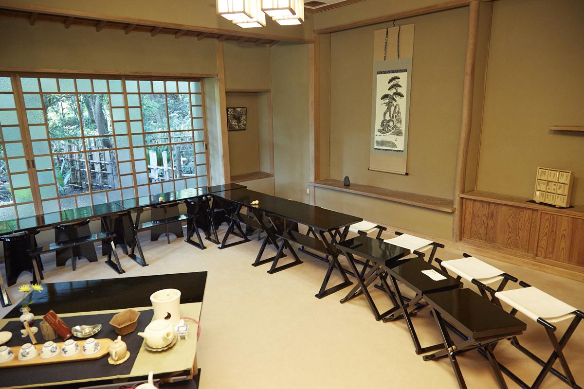小川流煎茶の茶席。床の間には授賞者の作品が室礼として取り入れられる。事前に小川流の先生と相談し、作品の印象によってお点前も変えてもらう。小川流煎茶のファンと、イチハラさん、風間さんの現代アートファンが出会う場でもある。(2018年『中今茶会』於:明治神宮隔雲亭)