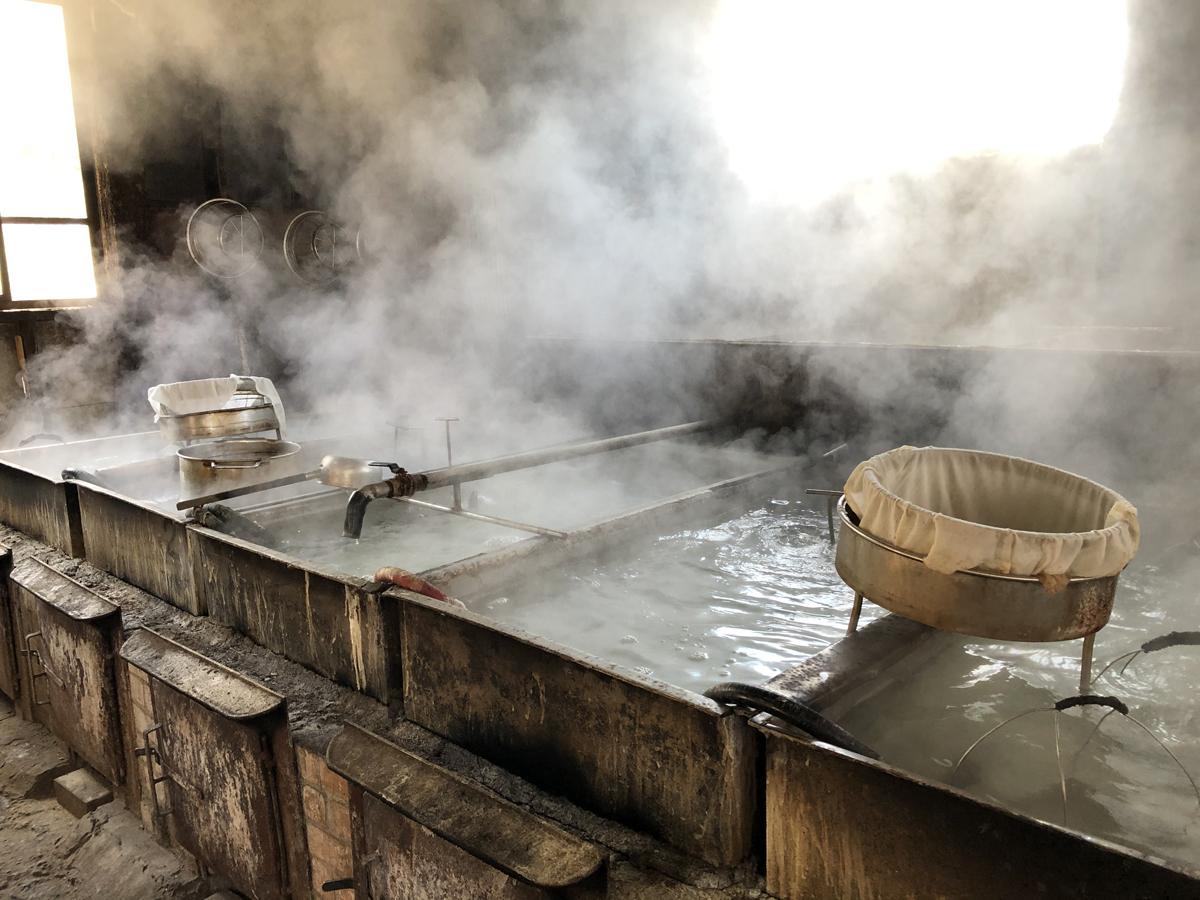 ぐらぐらと煮込む音と湯気、そして光に包まれた作業場