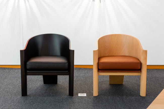 城谷さんが最後まで調整を続けた椅子「MICADO CHAIR」のプロトタイプ。雲仙みかどホテルの空間デザインの一部を手がけるなかで、同ホテルのロビーなどに置くことを想定してデザインした。メーカーは天童木工。薄くスライスした板を何層にも重ねて接着し、型で曲げて自由な形をつくる「成型合板技術」で製造された。ホテルでのくつろぎや団欒にふさわしい、やわらかなフォルム / MICADO CHAIR 2020年、天童木工、生産地:天童(山形)