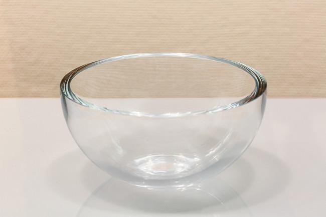 断面の厚みはガラスを何回も吹いて膨らませた跡が層として刻まれている。城谷さんは若き職人に「一見シンプルで平凡な技術によってこそ、非凡な造形ができる」ことを伝えたかったという / TIPOガラスボウル 2003年、島田真平、生産地:熊本