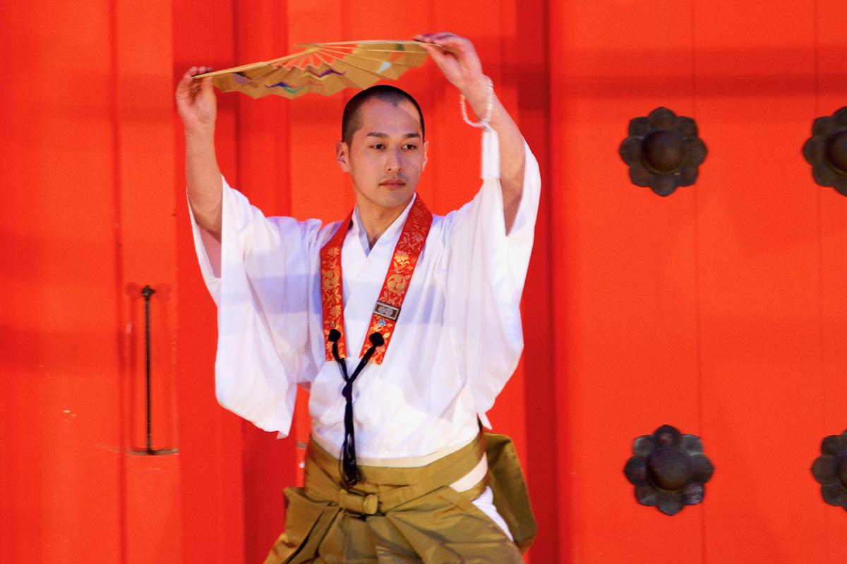 宗教舞踊を披露する滝山さん。宗教舞踊とは、御詠歌(ごえいか)と呼ばれる讃仏歌に合わせて舞う真言宗特有の舞踊