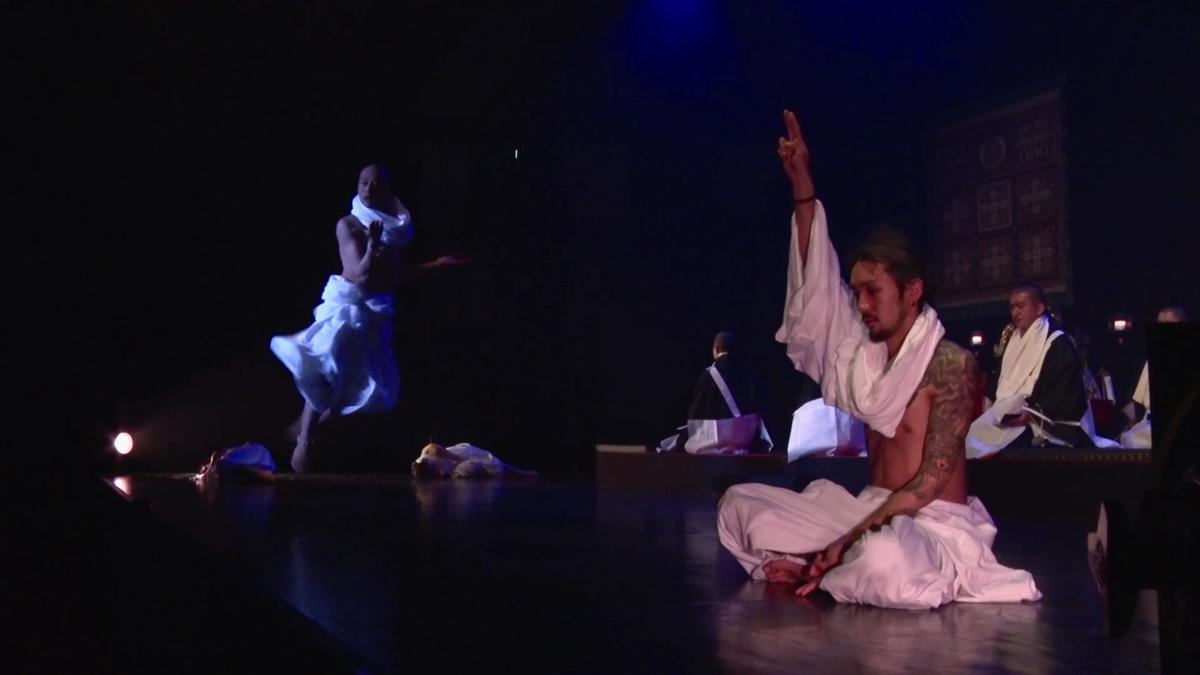 「法楽」のパフォーマンスの様子。曼陀羅の世界観を模した舞台上で、ダンサー達が生命の輝きを表現した