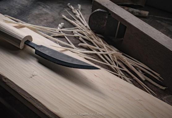槍鉋 越後の打刃物。木工の仕上げのやすりをかけると木の導管がつぶれてしまうため、鋭利な刃物で家具を仕上げる。昔は皆やすり仕上げをしていなかったとか Photo:マキノウッドワークス