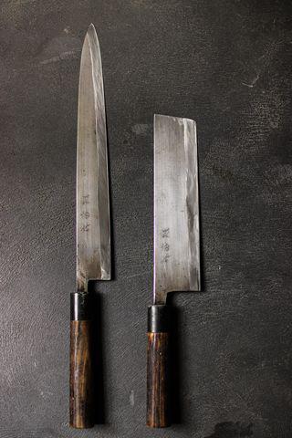 包丁 茨城の打刃物。打刃物はだいたい江戸から代々続くものばかりで、この包丁は太い大根もスッと、びっくりするほど切れるが、扱いが悪いとすぐに欠けてします