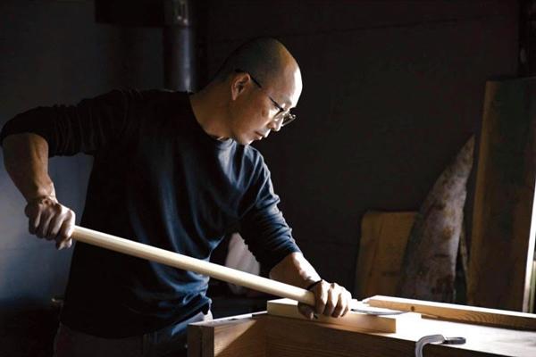 槍鉋を使うマキノウッドワークス代表の牧野泰之氏 Photo:マキノウッドワークス