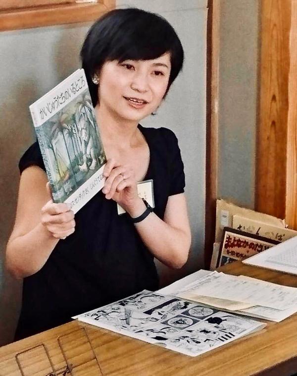 「ななとふたば」で絵本を紹介する篠原さん。また講座が再開したときに向けて新たな取り組みを計画している