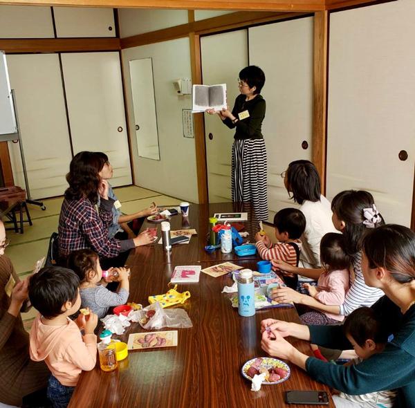 絵本講座で話をする篠原さんと、熱心に聞き入るおとなの参加者たち